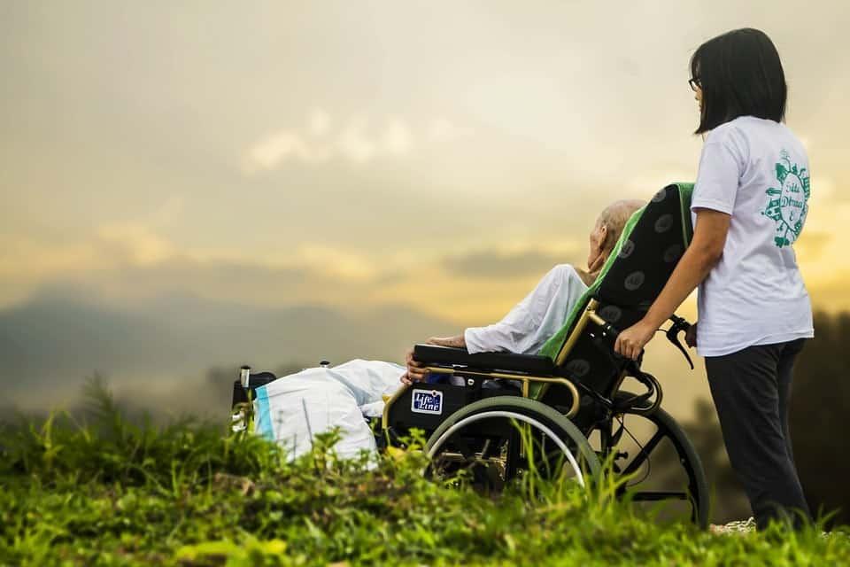 Dịch Vụ Chăm Sóc Bệnh Nhân Tại Các Quận Ở TPHCM Hiện Nay