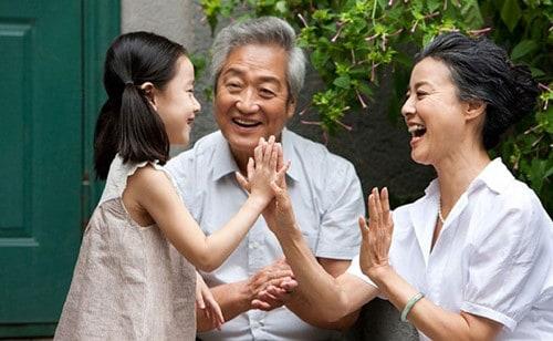 Chăm sóc người già bằng sự quan tâm từ gia đình là quan trọng nhất