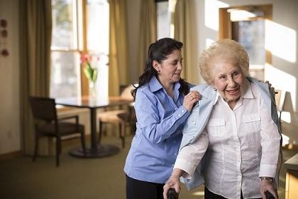 chăm sóc người già sau mổ