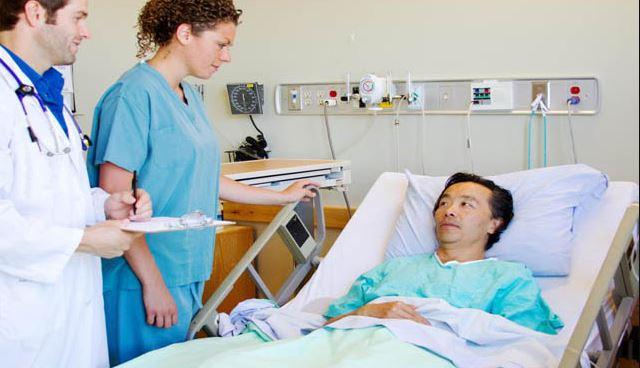 Nên quan sát bệnh nhân ít nhất là 12 ngày đầu sau khi mổ để kịp thời phát hiện những biến chứng có thể xảy ra hậu phẫu