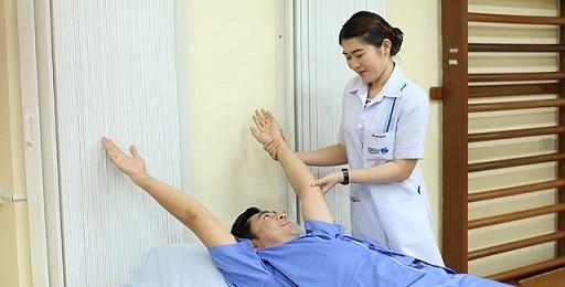 Chăm sóc người bệnh sau mổ - chú ý tập luyện để người già phục hồi sức khỏe