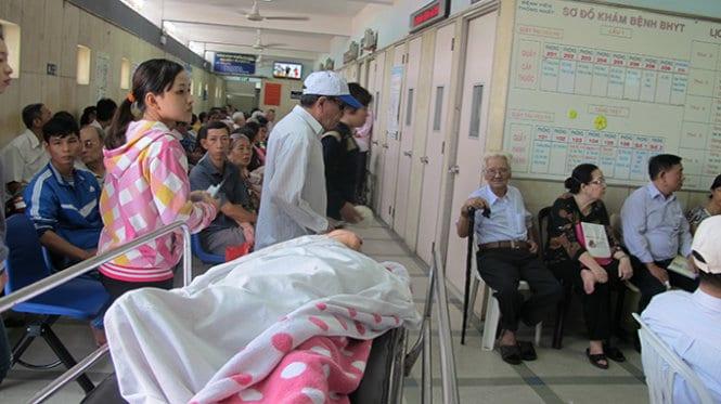 Chờ đợi khám chữa bệnh đối với người già là vô cùng mệt mỏi