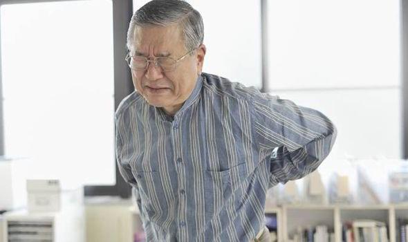 Chăm sóc người già thường xuyên bị đau nhức xương khớp